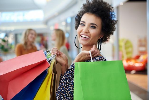 Femme heureuse avec des sacs à provisions pleins