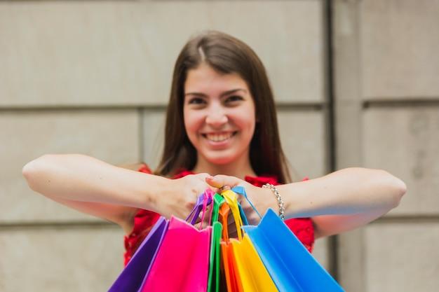 Femme heureuse avec des sacs à provisions
