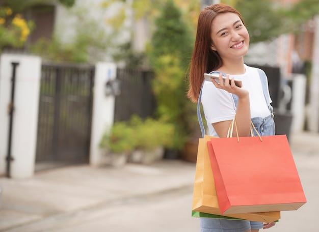 Femme heureuse avec des sacs
