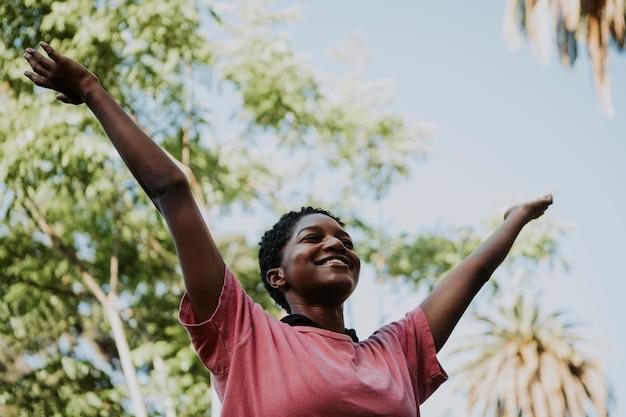 Femme heureuse se sentir libre dans le parc
