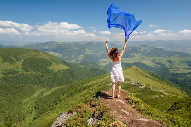 Femme heureuse, sentir, liberté, et, apprécier, nature
