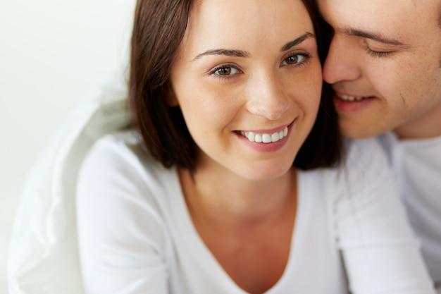 Femme heureuse avec son petit ami dans le lit