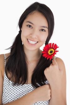 Femme heureuse tenant une fleur
