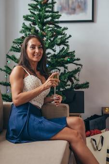 Femme heureuse de vacances de noël avec des sacs à provisions à la maison. nouvel an