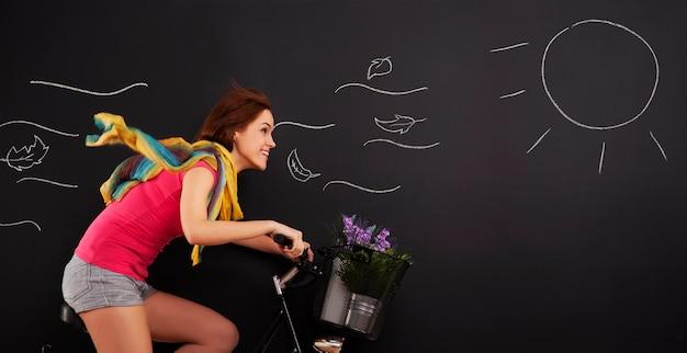 Femme heureuse, sur, a, vélo