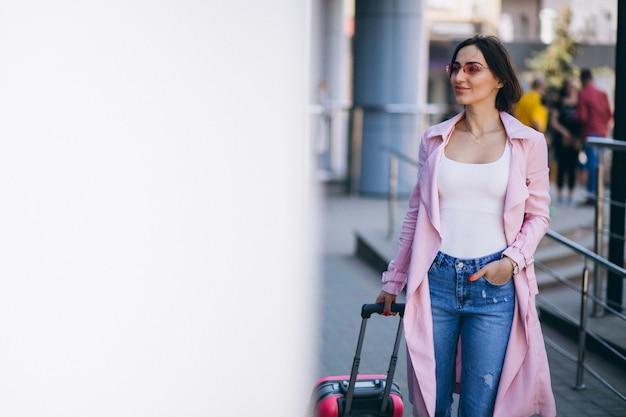 Femme heureuse de voyager