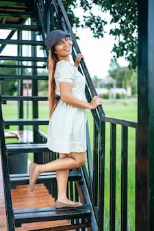 Femme heureusement debout les escaliers dans les sites touristiques