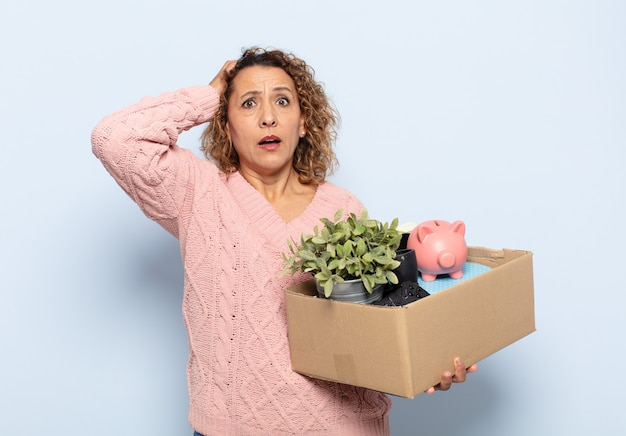 Femme hispanique d'âge moyen se sentant stressée, inquiète, anxieuse ou effrayée, les mains sur la tête, paniquée par erreur