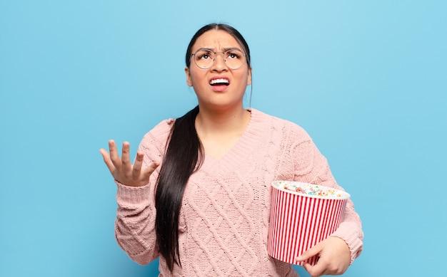 Femme hispanique à la désespérée et frustrée, stressée, malheureuse et agacée, criant et hurlant
