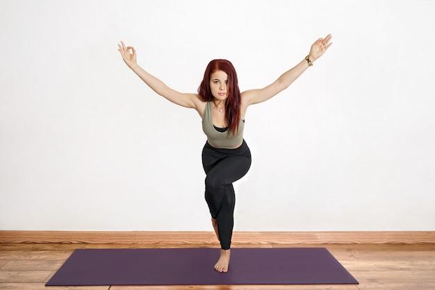 Femme hispanique, exécuter, yoga, pose