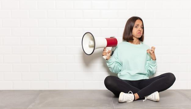 Femme hispanique à la recherche arrogante, réussie, positive et fière, pointant vers soi