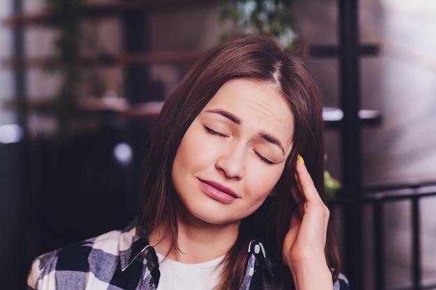 Femme hispanique souffrant de concept d'oeil irrité des soins de santé optiques, soins oculaires, allergique ou démangeaisons ou sécheresse oculaire modèle jeune femme asiatique adulte.