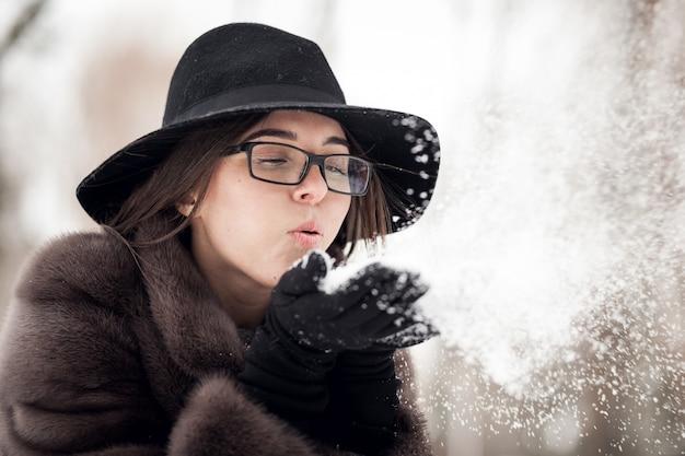 Femme hiver jeune fille heureuse