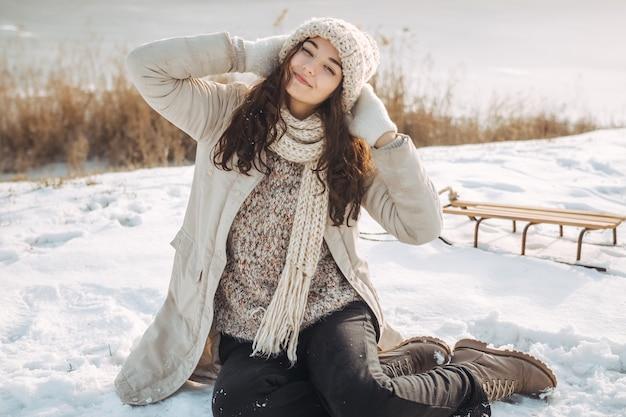 Femme d'hiver s'amusant à l'extérieur