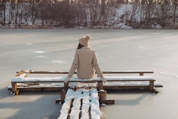 Femme d'hiver se reposant à l'extérieur sur la nature
