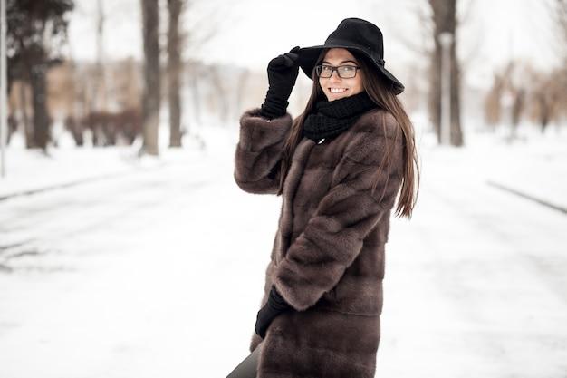 Femme d'hiver sourire portrait blanc