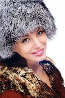 Femme d'hiver. sourire