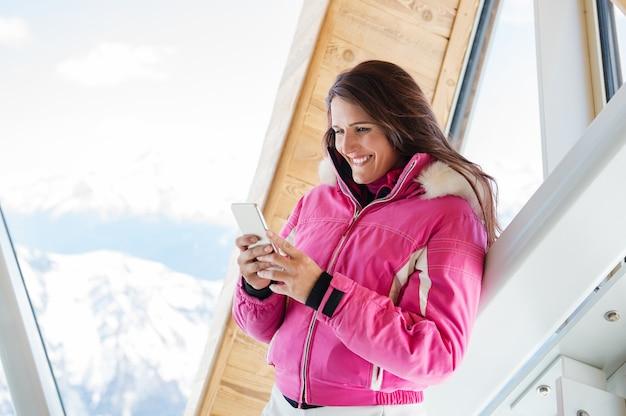 Femme hiver, utilisation, téléphone, dans, loge