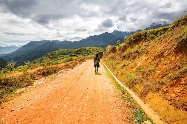 Une femme hmong est sur le chemin de son village à sapa, au vietnam.