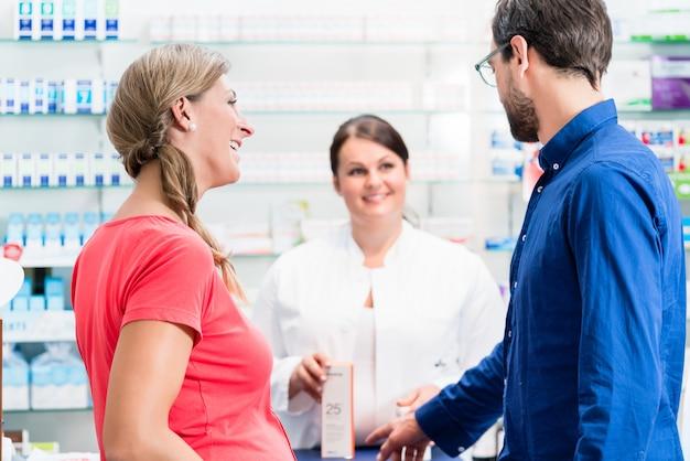 Femme et homme achetant des médicaments en pharmacie
