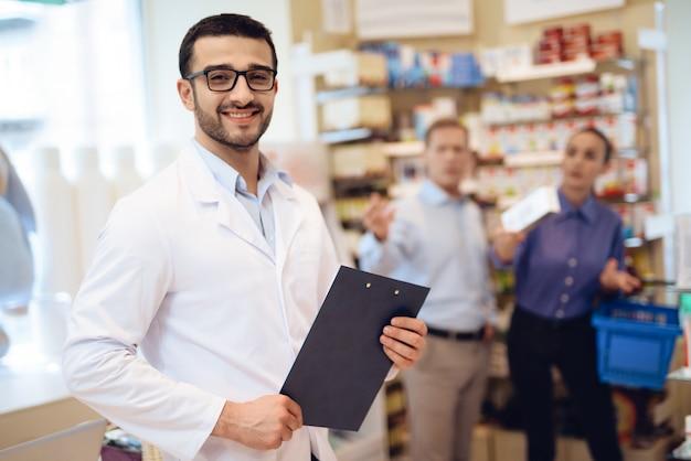 Une femme et un homme adultes sont venus prendre des médicaments.
