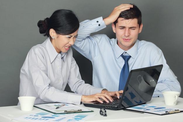 Femme et homme d'affaires triste et déprimé