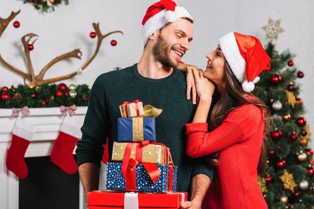 Femme et homme avec beaucoup de cadeaux