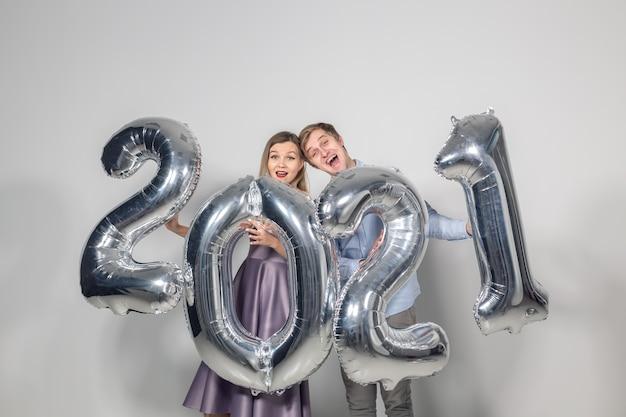 Femme et homme célébrant le nouvel an 2021
