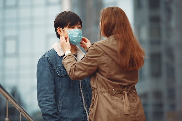 Une femme et un homme chinois portent des masques de protection