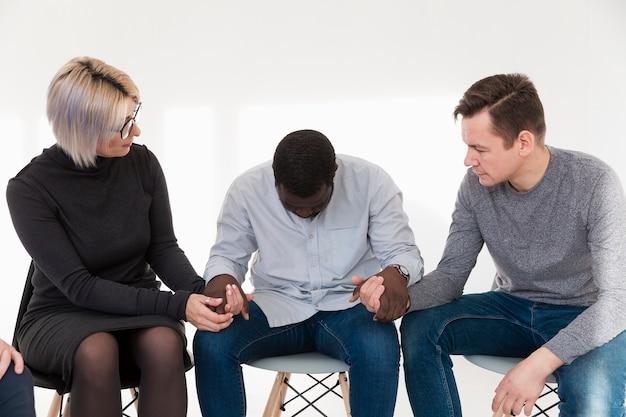 Femme et homme consolant un patient triste