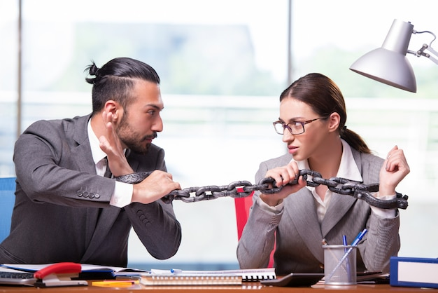 Femme et homme dans le concept d'entreprise