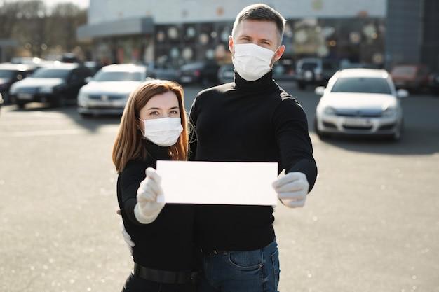 Femme et un homme dans des masques médicaux de protection
