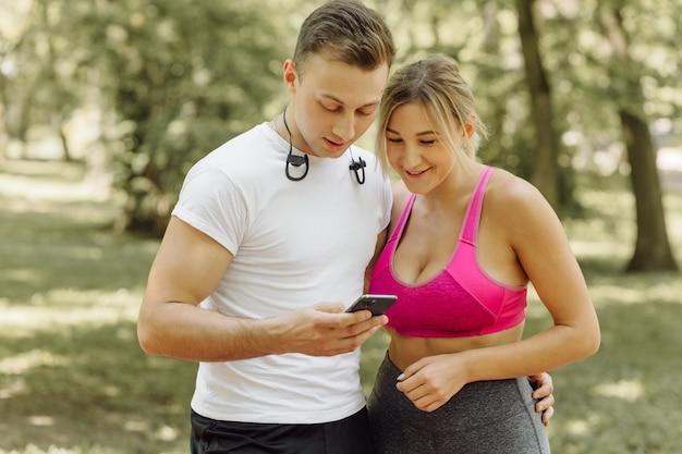 Femme et homme debout dans un parc