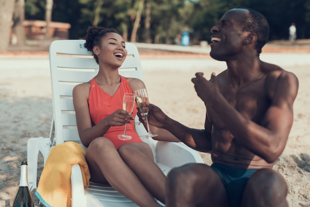 Femme et homme est en train de griller et de boire du champagne.