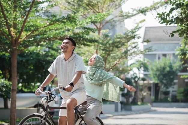 Femme et homme, faire du vélo