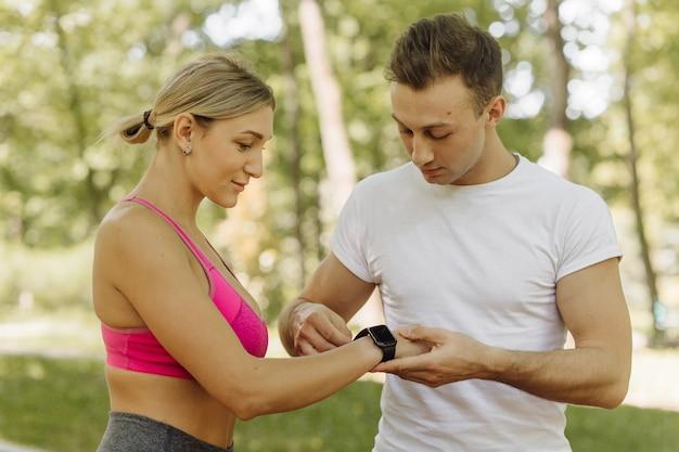 La femme et l'homme font des exercices à l'extérieur