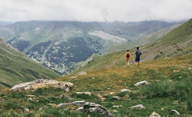 Une femme et un homme marchant au sommet d'une montagne. vallée de nuria. le pic de l'enfer