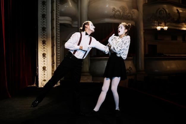 Femme et homme mime artiste sur scène
