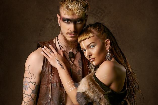 Femme et homme avec peinture ethnique