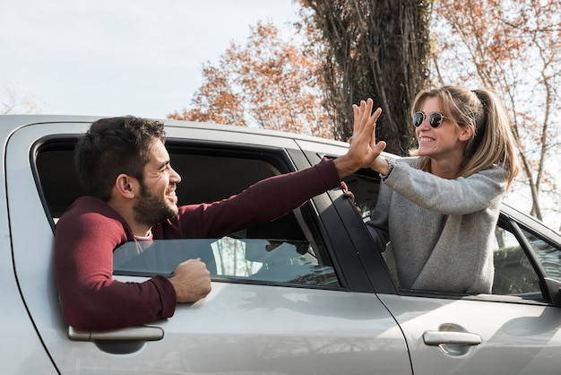 Femme, homme, pendre, par, fenêtre voiture