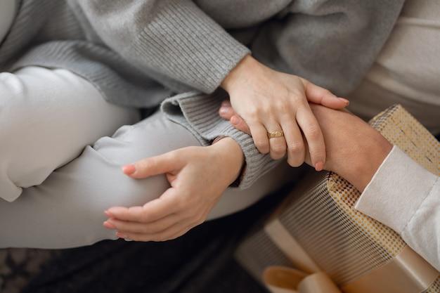 Femme et homme se tenant la main en gros plan