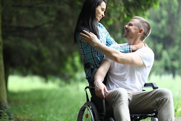 Femme et homme souriant à l'extérieur