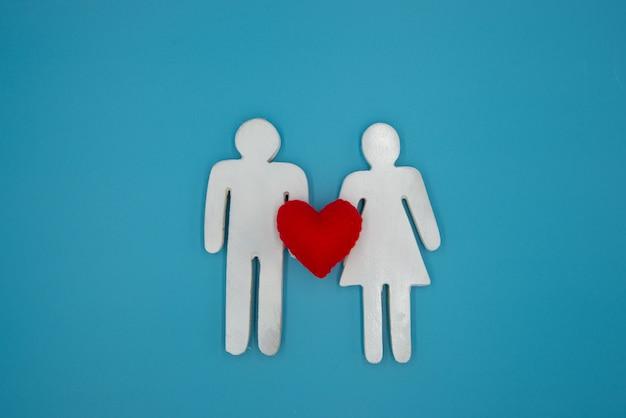 Femme et homme symbole blanc tiennent le coeur rouge, relation,