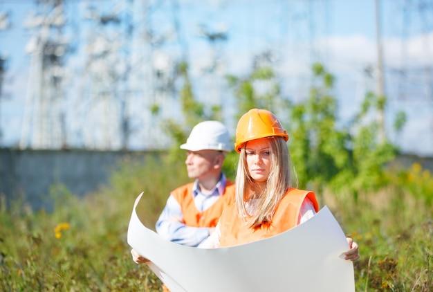 Femme et homme travaillant comme architectes sur un chantier de construction