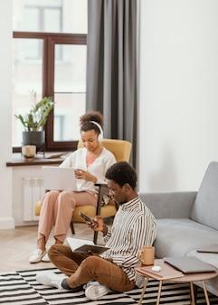 Femme et homme travaillant à distance à domicile