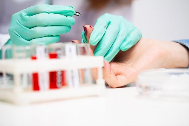 Une femme à l'hôpital soumet un test sanguin pour un coronavirus
