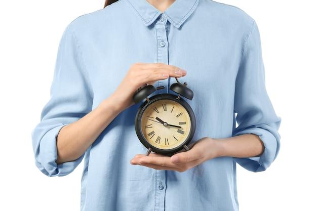 Femme avec horloge sur une surface blanche. concept de gestion du temps