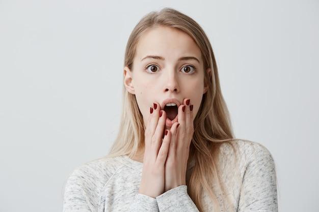 Femme horrifiée avec un regard effrayé choqué