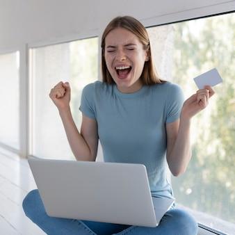 Femme hurlant après avoir entendu de bonnes nouvelles