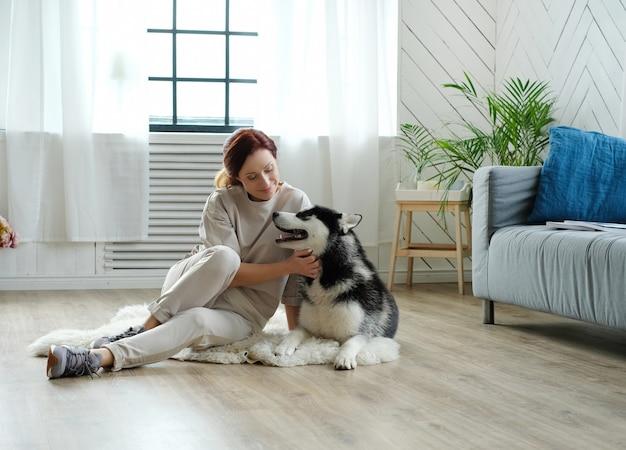 Femme avec husky